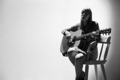 joni-mitchell-guitar